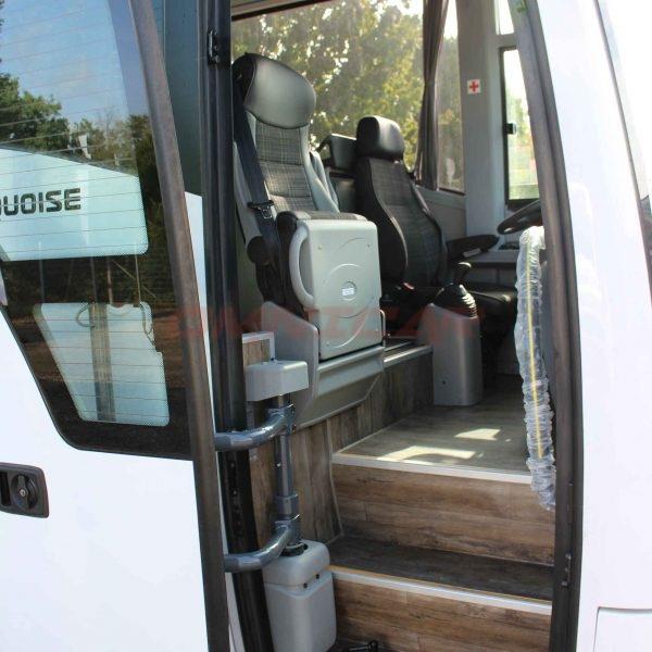 Isuzu neuer Midibus Boden in Holzoptik Reiseleitersitz